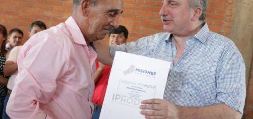Passalacqua entregó títulos de propiedad a colonos de El Soberbio y de Pozo Azul