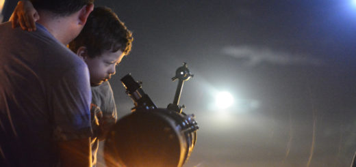 Volver a asombrarse mirando al cielo: la Superluna fue vista en Posadas desde los telescopios de los Astroamigos