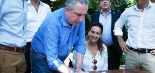 Passalacqua y Michetti firmaron convenios para la construcción de viviendas de madera