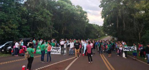 """Protesta por el """"NO"""" a las Villas Turísticas dentro del área protegida dejó aislado a Puerto Iguazú: un corte de ruta impide el ingreso y egreso a la Ciudad de las Cataratas"""