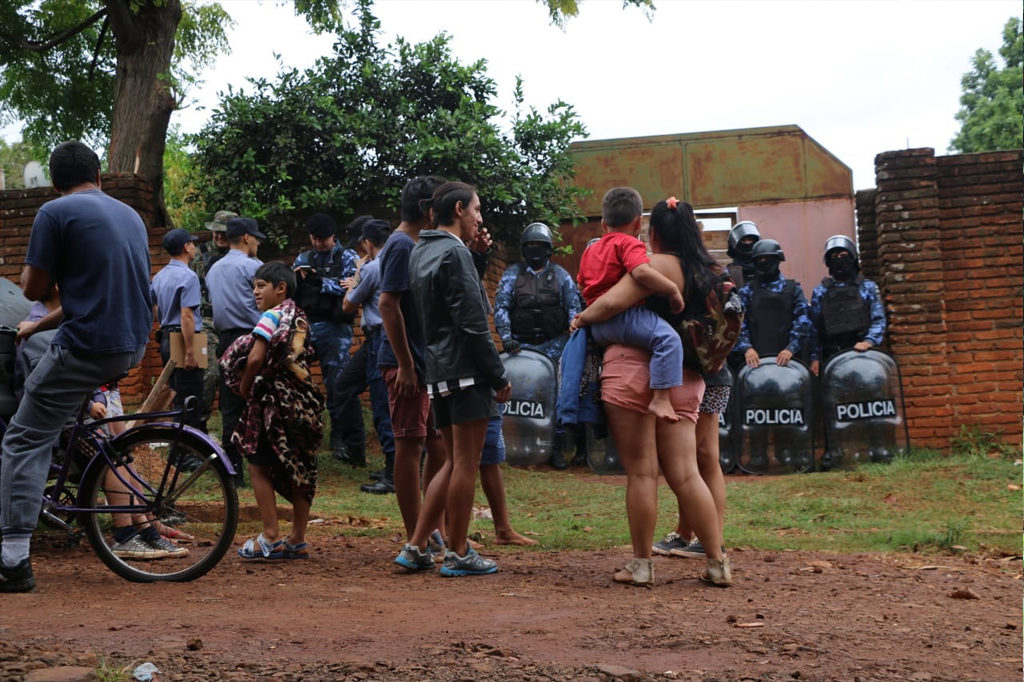 Una pareja con sus ocho hijos y cuatro nietos fueron desalojados acusados de ocupar ilegalmente un terreno en la Chacra 114 de Posadas