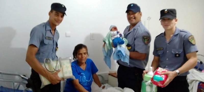 Policías que ayudaron a dar a luz a una mamá de Puerto Iguazú le llevaron obsequios