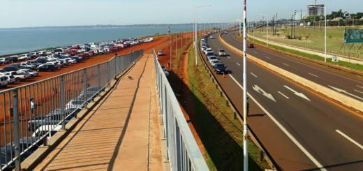 La fila de autos para cruzar de Posadas a Encarnación es de dos kilómetros y el tren funciona con normalidad