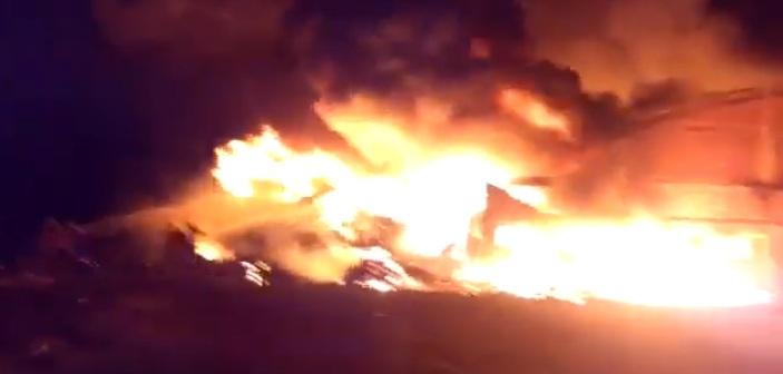 Bomberos continúan sofocando el fuego en dos depósitos de la empresa Envasando S.R.L. en Alem