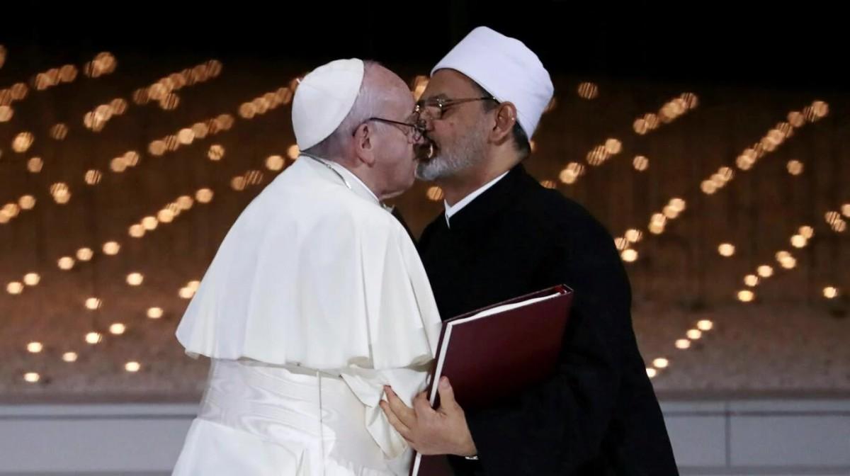 La imagen del beso entre el Papa Francisco y el imán de Al Azhar que recorrió el mundo entero