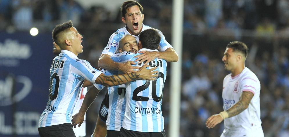Racing venció a Huracán y volvió a ser el único líder de la Superliga