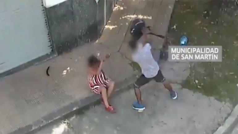Violencia de género: cámaras de seguridad captaron una atroz golpiza de un hombre a una mujer