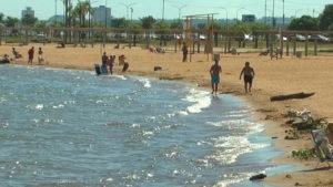 Los posadeños aprovecharon la playa El Brete en este martes de Carnaval