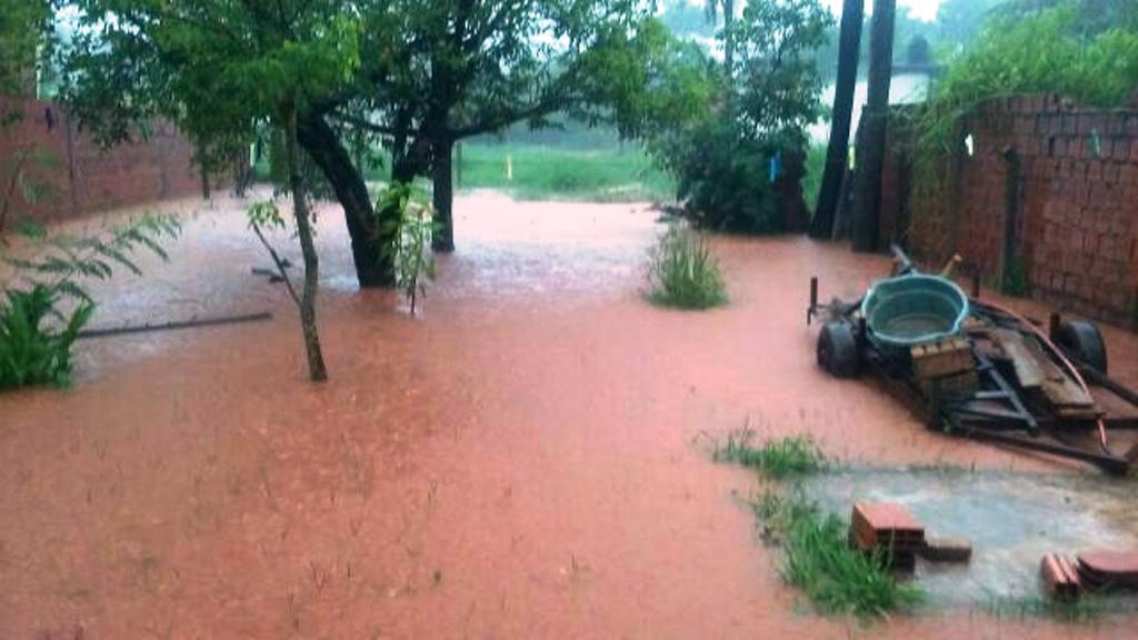 La llegada del temporal dejó calles anegadas y desborde de arroyos en Posadas
