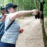 Saltó la valla de seguridad de un zoológico para sacarse una selfie con un yaguar negro y fue atacada por el animal