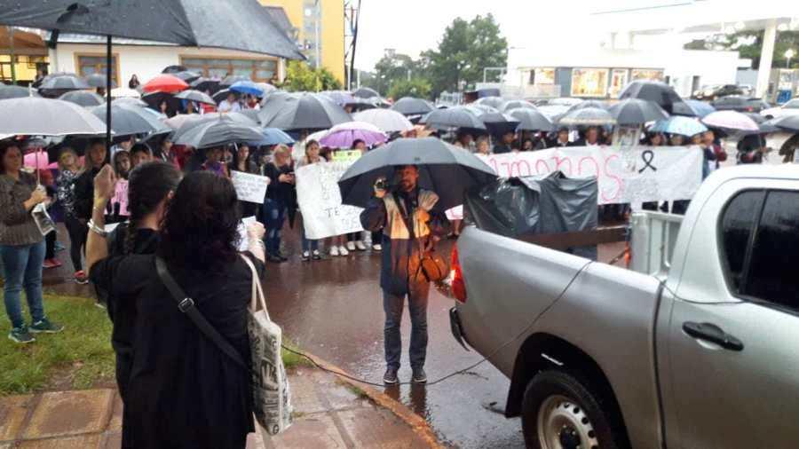"""Femicidio de Fiorella: en la marcha de ayer su madre acusó a la oficial de policía que """"no tomó la denuncia"""" y pidió perpetua para el asesino"""