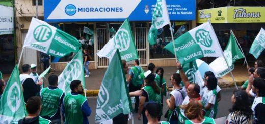 """Empleados de la Dirección Nacional de Migraciones se manifestaron en Posadas para reclamar aumentos salariales """"acordes a sus funciones"""""""