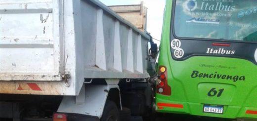 Extraño choque entre un transporte urbano y un camión que iban en el mismo sentido en Posadas