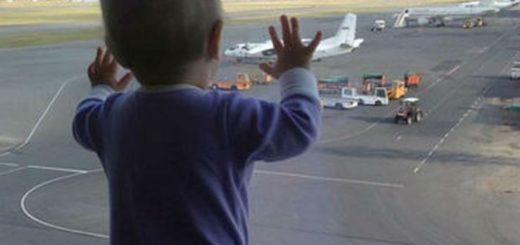 Insólito: se olvidó a su bebé en el aeropuerto y el avión tuvo que regresar