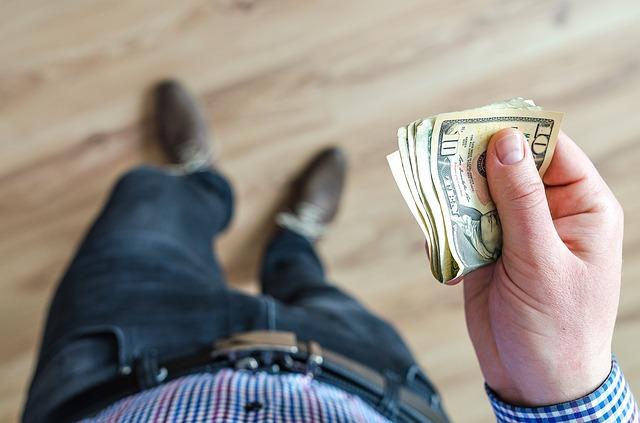 """Tras la nueva escalada del dólar confirman la teoría de que podría llegar a los 50 pesos a fin de año"""""""
