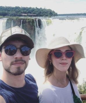 El reconocido actor catalán Albert Baró visitó las Cataratas en unas románticas vacaciones con su novia