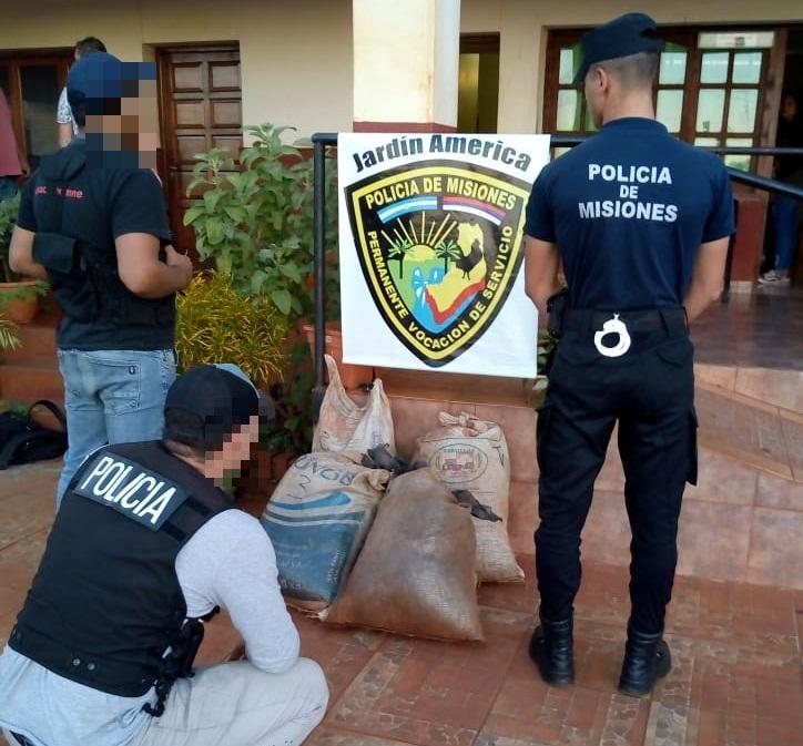 """La Policía de Misiones incautó bolsas repletas de """"cogollo"""" de marihuana en pleno monte de Puerto Leoni"""