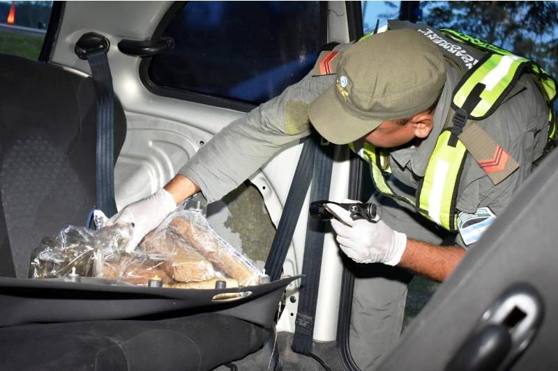 Detienen al conductor de un vehículo que transportaba más de 6 kilos de marihuana en Ituzaingó