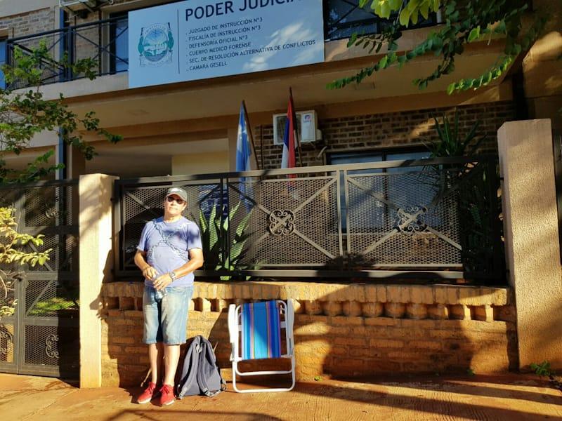 Caso Oulier en Iguazú: el padre del detenido se encadenó al juzgado para denunciar complicidad entre los peritos de la causa