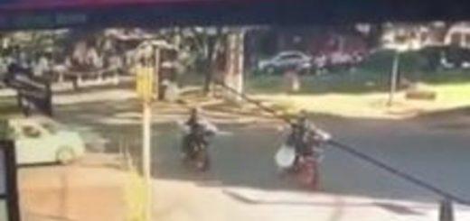 Video: cruzó en rojo y atropelló a un policía que custodiaba el micro de la Selección de Marruecos