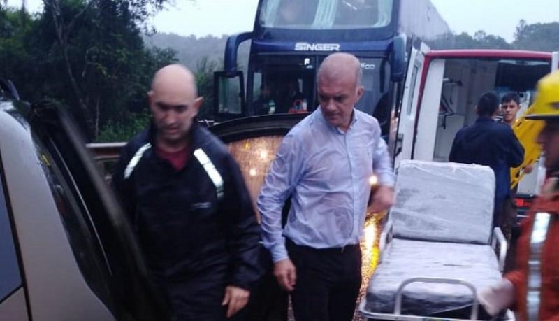 El médico y candidato a Vicegobernador del Frente Renovador Carlos Arce, atendió a los accidentados bajo la lluvia
