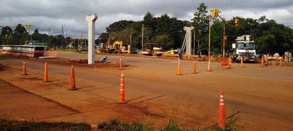 Por el montaje del puente peatonal frente a la UNaM, hay cortes y desvíos temporarios en ruta nacional 12