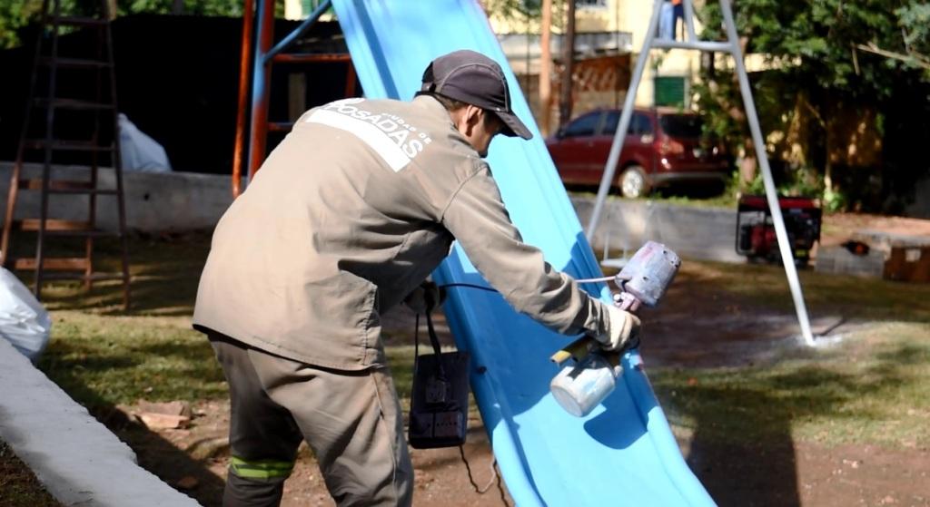 El municipio concretó un operativo de limpieza y embellecimiento en la plaza de la Chacra 154 de Posadas