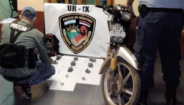 Narcodelivery: policías incautaron envoltorios de marihuana y una motocicleta en Gobernador Roca