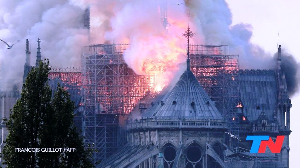 Se incendia la histórica catedral de Notre Dame y se cayó su famosa aguja