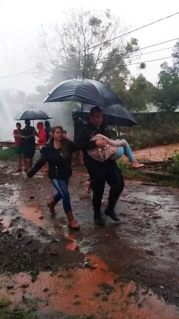 El candidato a intendente de Eldorado Fabio Martínez recorrió las zonas inundadas por la tormenta brindando atención médica