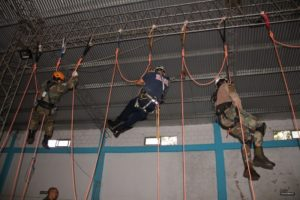 Guardaparques de Ecología se capacitan en rescate en altura con cuerdas