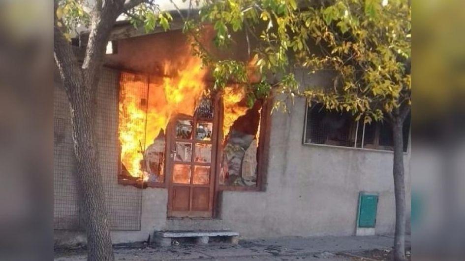 Quiso ahuyentar con humo las abejas e incendió su casa: terminó con graves quemaduras