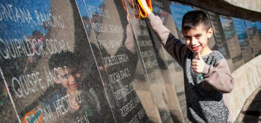 Ciudadano ilustre: un niño fue distinguido por limpiar las placas de los héroes de Malvinas