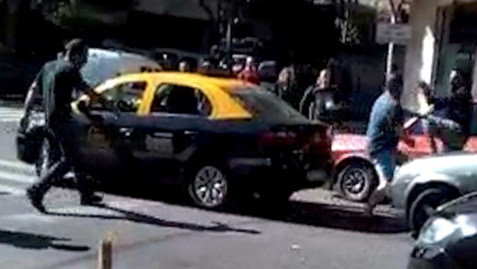 Relatos salvajes: brutal pelea entre un taxista y un automovilista dejó a todos atemorizados
