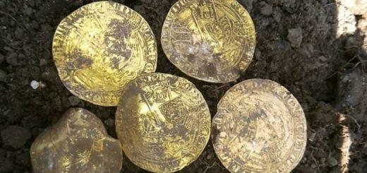 Cuatro jóvenes hallaron un tesoro del siglo XIV en Inglaterra y está valuado en una fortuna