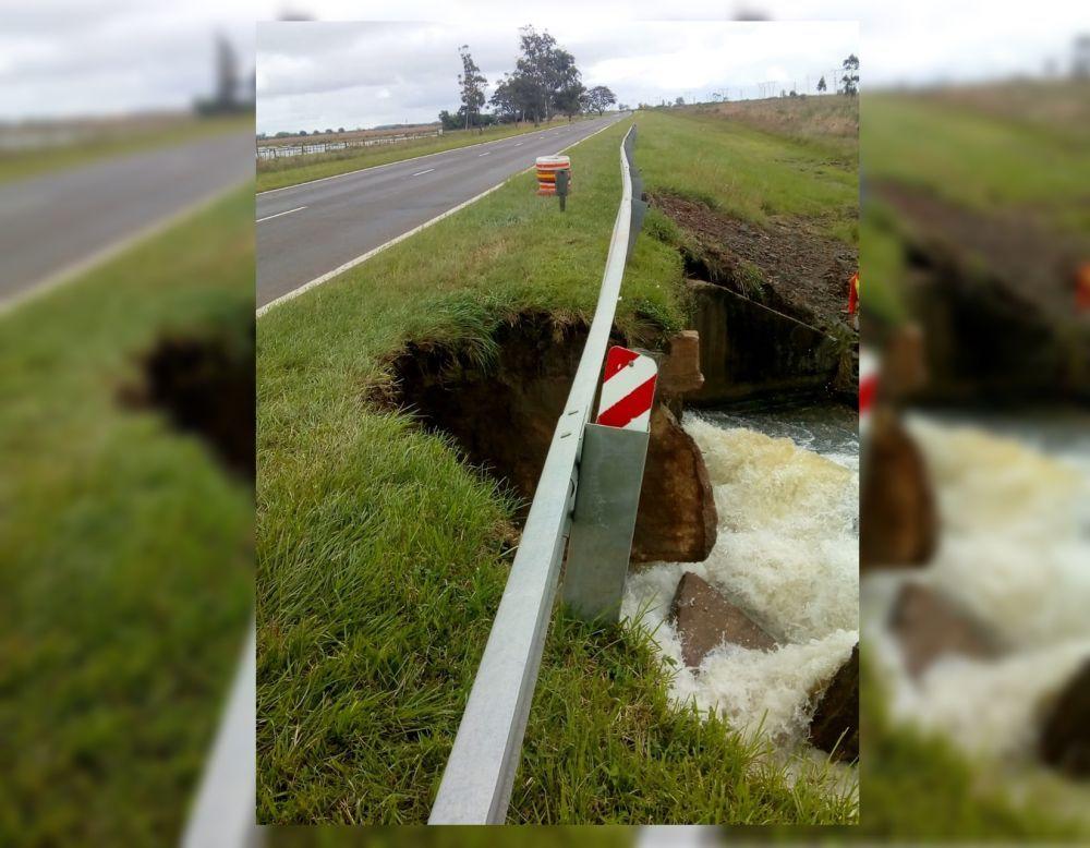Continúa cerrado el tránsito sobre la Ruta 12 cerca de Itatí: desde Vialidad informaron que buscarán «salvar» la alcantarilla para habilitar el tránsito