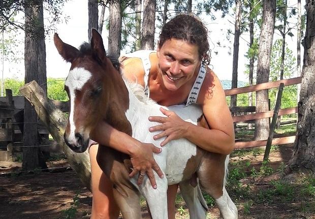 Nació en Suiza pero cumplió su sueño en Misiones y ahora cría caballos sangre pura de carrera en Fachinal