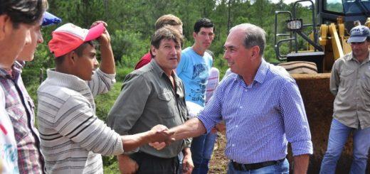 El presidente de Vialidad Provincial, Leonardo Stelatto saluda a los trabajadores en su día