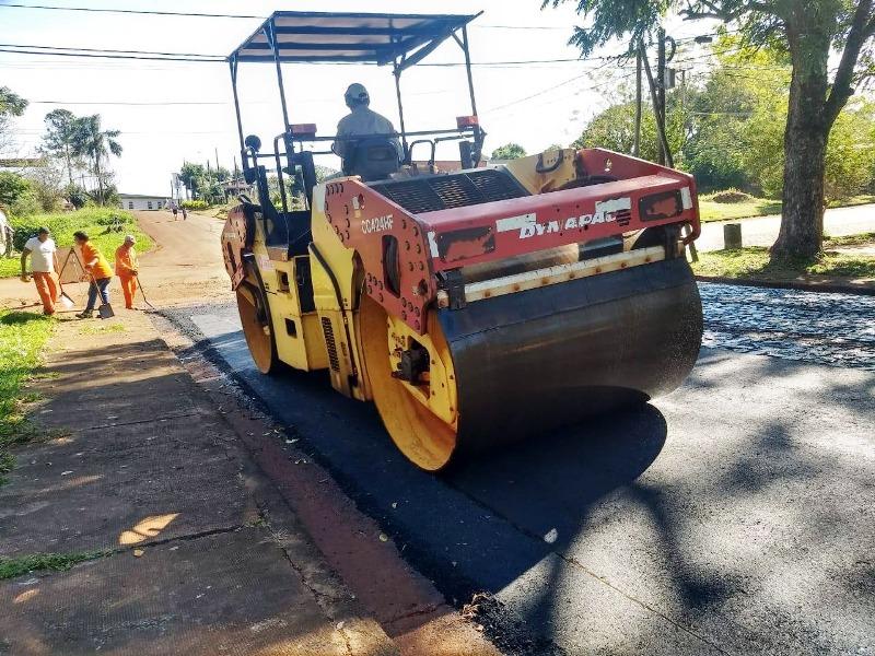 Vialidad provincial asfalta calles en Puerto Rico y Campo Ramón