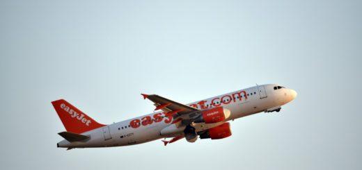 Un hombre intentó abrir la puerta de un avión en pleno vuelo y desató el pánico entre los pasajeros