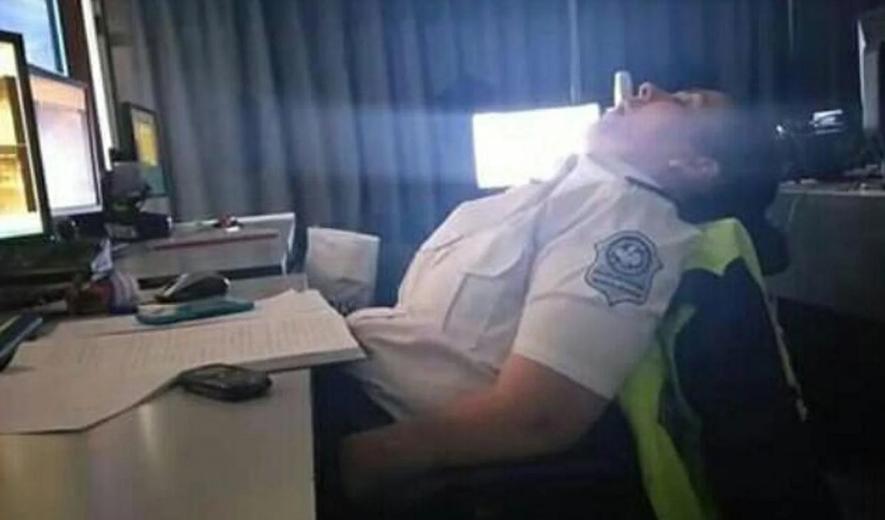"""Escándalo en Tucumán por la """"Poli-siesta"""": escracharon a efectivos durmiendo en un Centro de Monitoreo"""