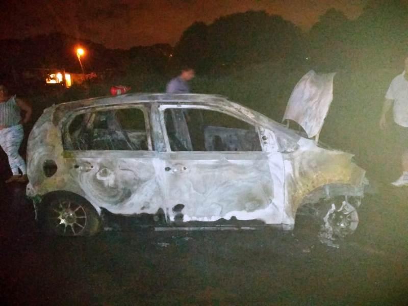 Presunta falla mecánica provocó el incendio total de un auto en Posadas