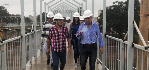 El presidente de Vialidad Provincial, Leonardo Stelatto recorrió las obras del puente peatonal frente a la UNaM