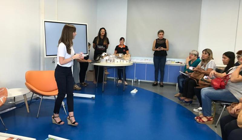 Lucy Norman, Manager de ventas para Latinoamérica de TTS Group, visitó la Escuela de Robótica.