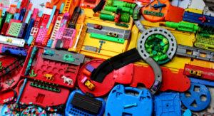 Inauguran una muestra artística que aborda el reciclado en la industria del juguete