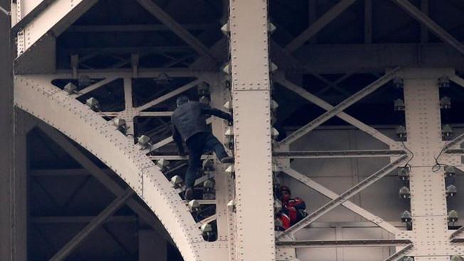 Detuvieron al hombre que escaló la Torre Eiffel y provocó su cierre