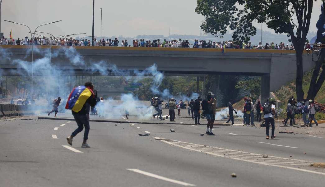 Continúan los enfrentamientos en Venezuela con gases y tiros entre manifestantes chavistas y opositores