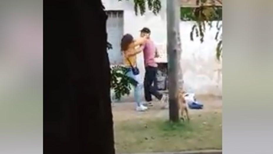 Indignante: una mujer con un bebé en brazos fue brutalmente golpeada por su pareja