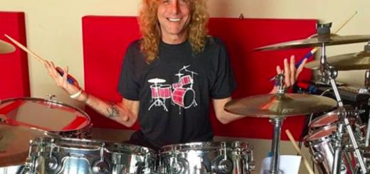 Ex baterista de Guns N' Roses fue hospitalizado al apuñalarse en su casa. Habló el representante