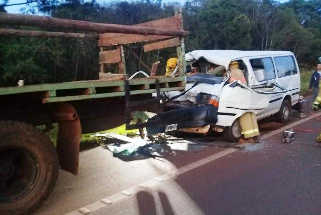 Trafic con tareferos impactó contra un camión en Dos de Mayo y hay varios heridos